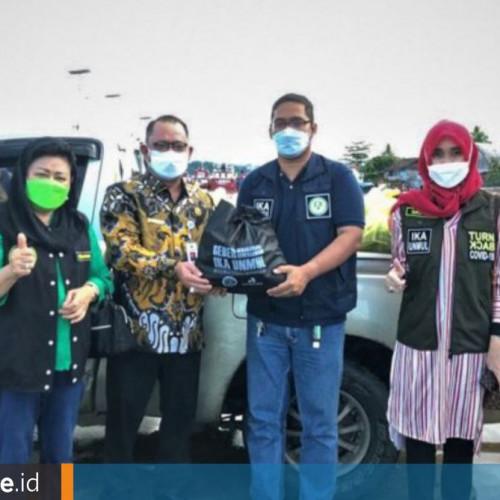 IKA Unmul Distribusikan 500 Paket Sembako untuk Masyarakat Terdampak Covid-19 di Mahulu
